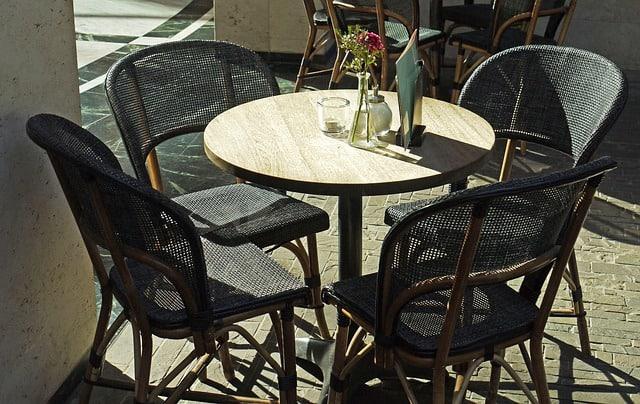 кръгла малка маса