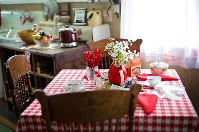 малка квадратна кухненска маса