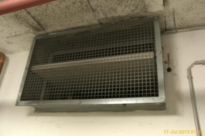Снимка на противопожарен клапан в подземен паркинг на търговска сграда.